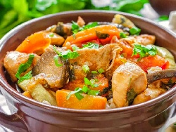 Печено пиле по градинарски с картофи, гъби, грах и чушки в гювеч на фурна - снимка на рецептата